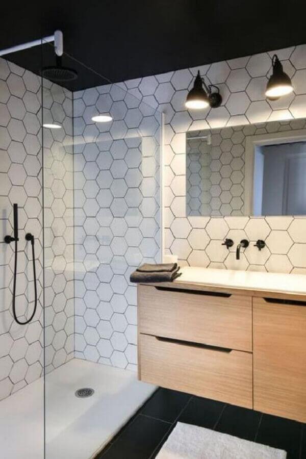 decoração para banheiro masculino com armário de madeira e azulejo em formato geométrico Foto Tina Minter Interior