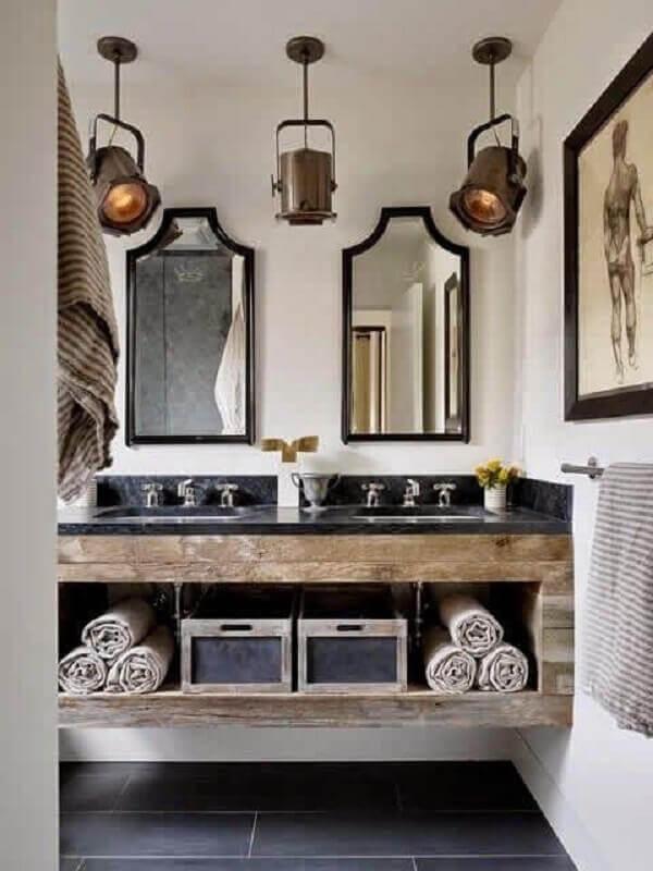 decoração para banheiro masculino com armário suspenso de madeira e luminárias antigas Foto Incollect