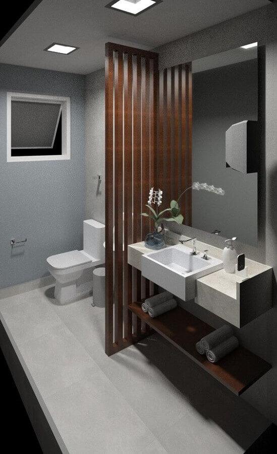 decoração para banheiro masculino todo cinza com divisória de madeira Foto Archtrends Portobello