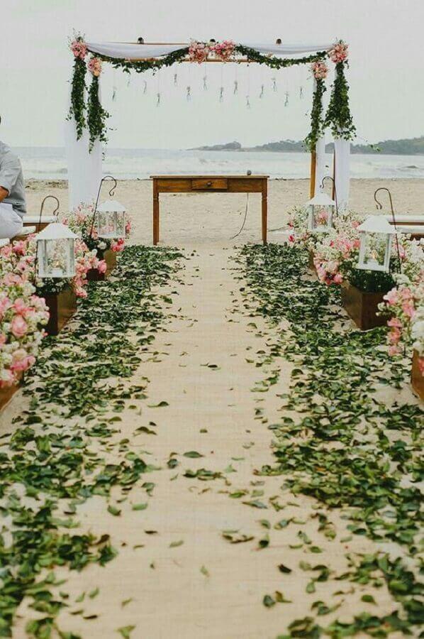 decoração para casamento ao ar livre com arranjo de flores e folhas verdes Foto A Noiva de Botas