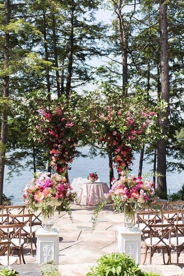 decoração para casamento ao ar livre com arranjo de rosas Foto Laura & Co. Eventos