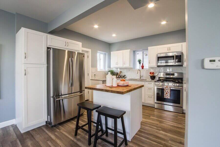 decoração para cozinha com armários brancos e ilha de madeira Foto Pexels