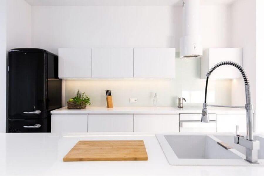 decoração para cozinha compacta preto e branca Foto Istock