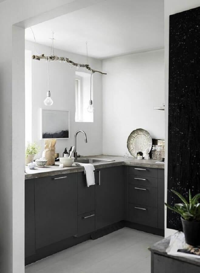 decoração para cozinha compacta preto e branca com luminária minimalista em galho seco Foto ELLE Decoration