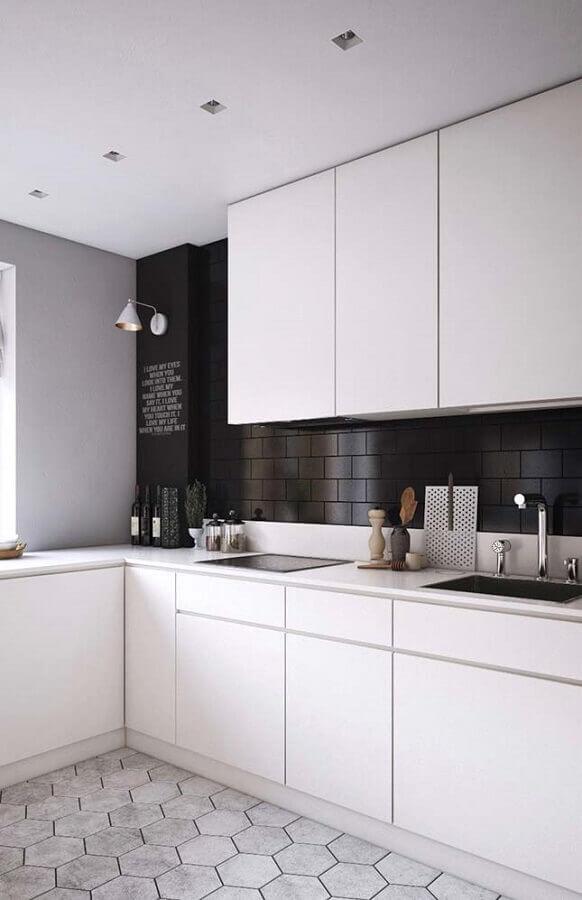 decoração para cozinha planejada preta e branca com piso geométrico e luminária de parede Foto Pinterest