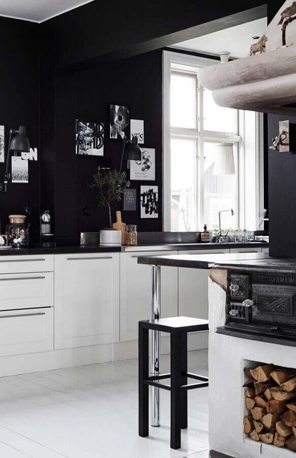 decoração para cozinha preta e branca com armários planejados brancos e parede pintada de preto Foto Pinterest