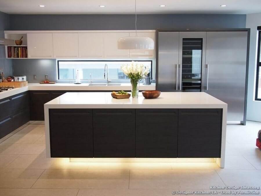 decoração para cozinha preta e branca com iluminação embutida na ilha Foto Home Design Interior