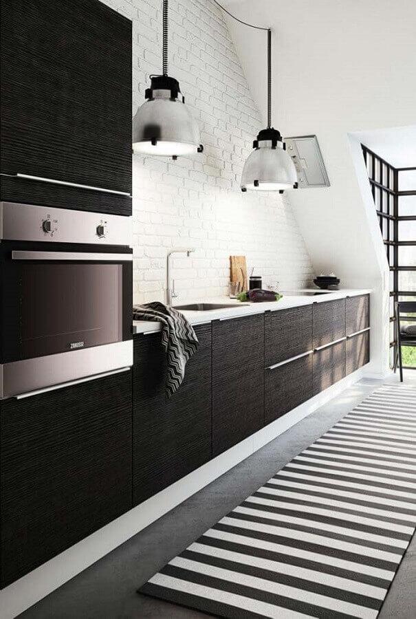 decoração para cozinha preta e branca com tapete listrado e parede de tijolinho Foto Pinterest