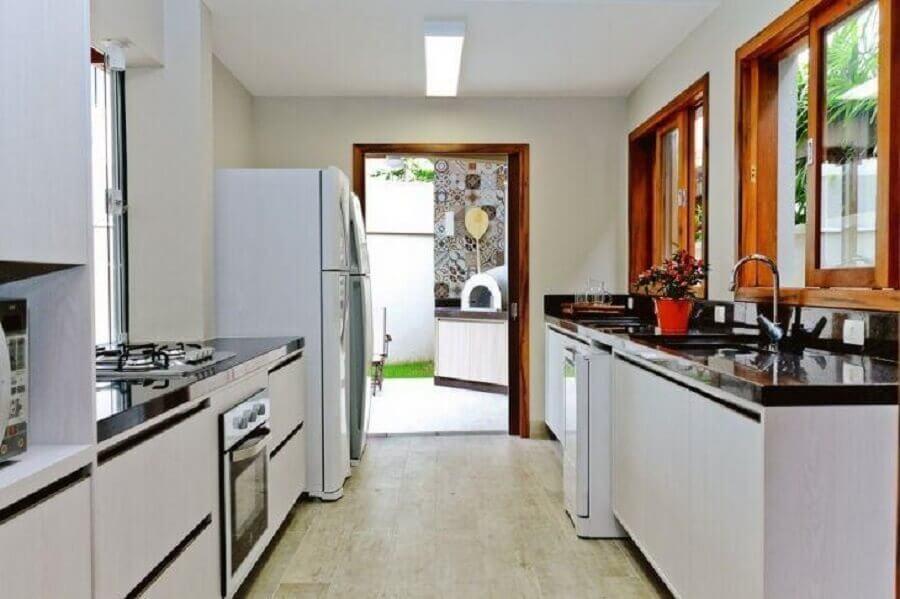 decoração para cozinha preta e branca simples com janelas de madeira Foto Bontempo