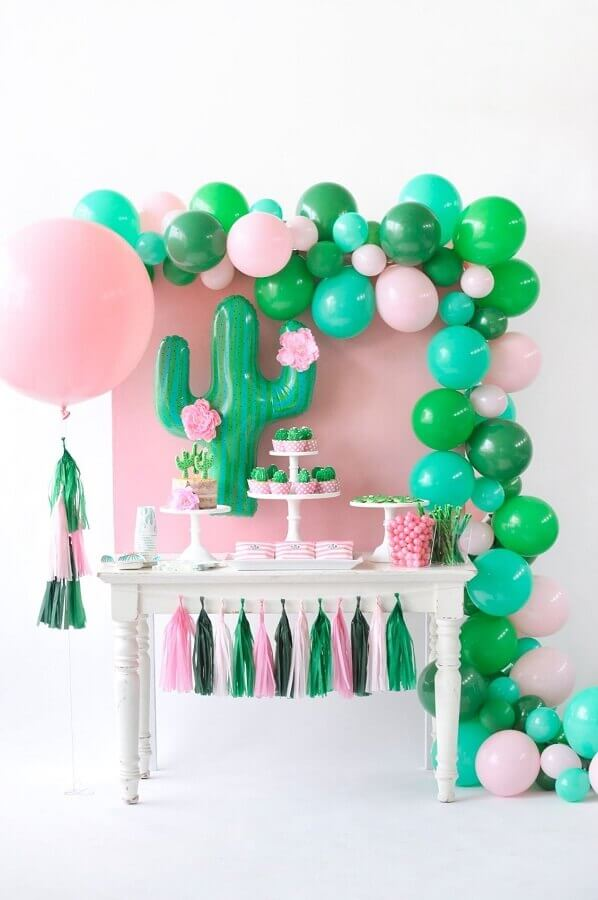 decoração para festa de aniversário com arranjos de balões e cactos Foto Wall Decor Ideas