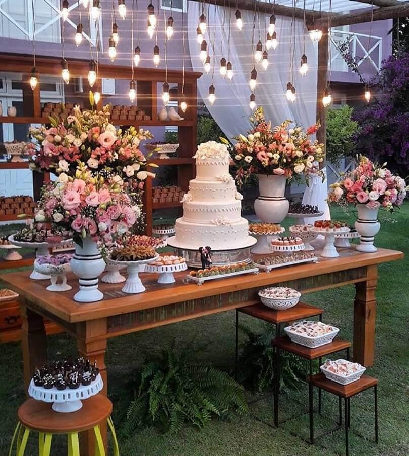 decoração para mesa do bolo em casamento ao ar livre Foto Doce Sabor - Buffet e Recepção