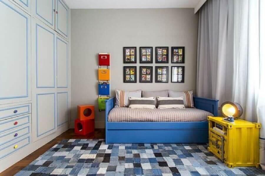 decoração para quarto azul com tapete quadriculado e criado mudo amarelo l Foto Triplex Arquitetura