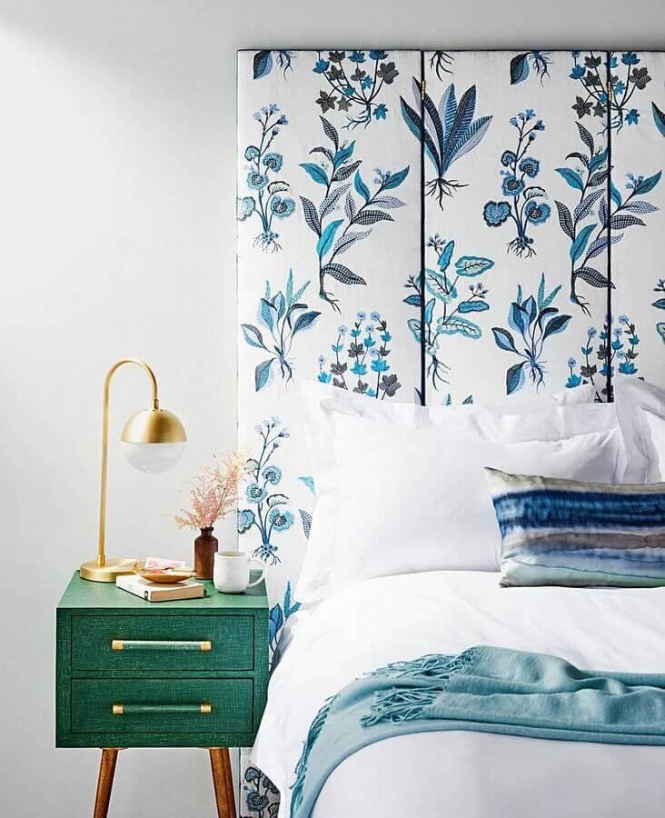 decoração para quarto azul e branco com cabeceira estampada e criado mudo verde Foto Homeriz