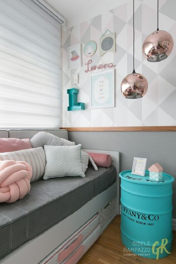 decoração para quarto azul e rosa com papel de parede cinza e luminária redonda Foto Gisele Rampazzo