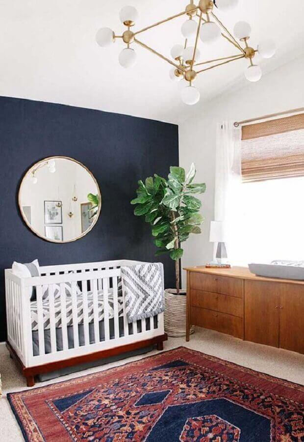 decoração para quarto azul marinho com tapete persa e cômoda de madeira Foto Ana Ferreira