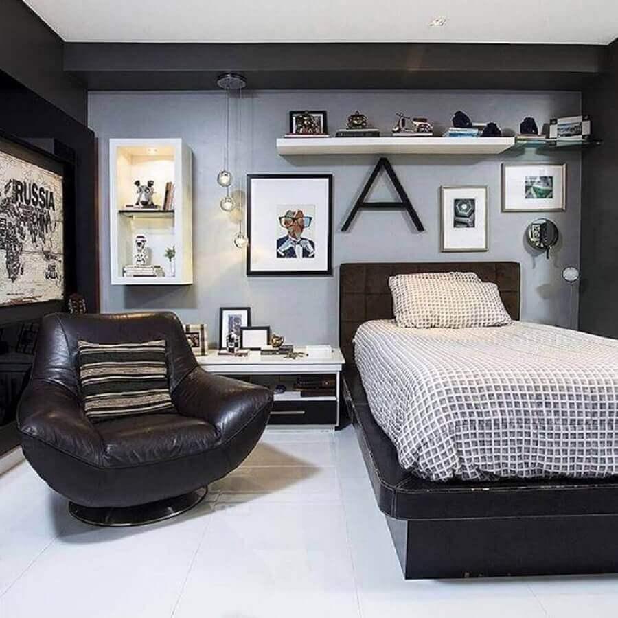 decoração para quarto cinza com poltrona de couro marrom Foto Wood Save