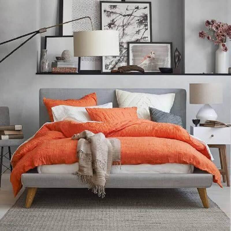 decoração para quarto cinza com vários quadros e roupa de cama laranja Foto AirFreshener
