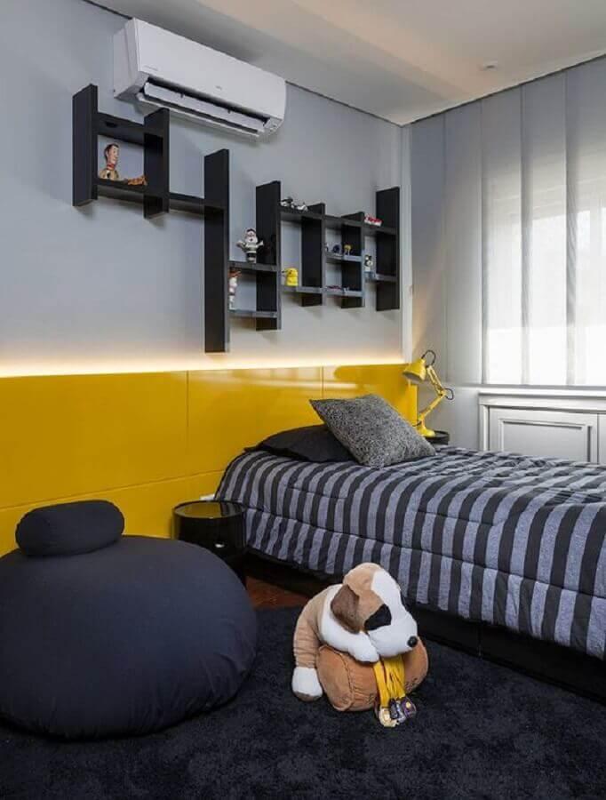 decoração para quarto cinza e amarelo de solteiro com puff grande redondo Foto Casa de Valentina
