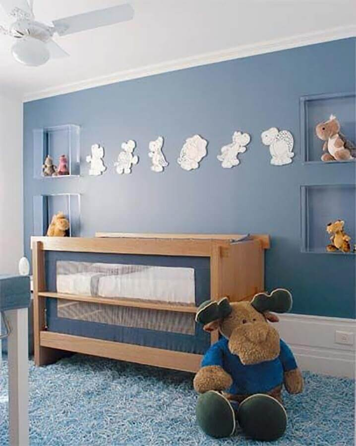 decoração para quarto de bebê azul com berço de madeira e nichos de acrílico Foto Mamy de Menino