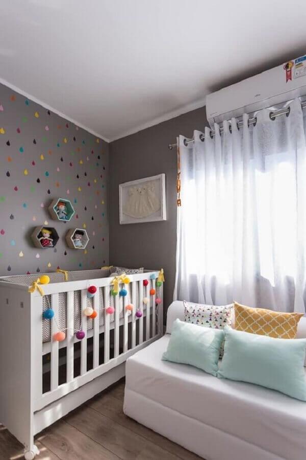 decoração para quarto de bebê cinza com adesivos de bolinhas coloridas na parede Foto Aaronguide