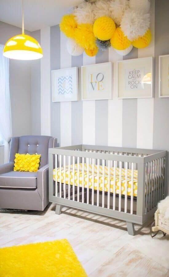 decoração para quarto de bebê cinza e amarelo com papel de parede listrado Foto Home Decorating