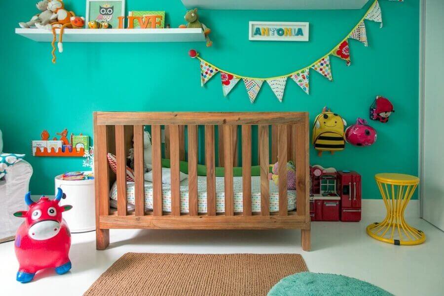 decoração para quarto de bebê com parede verde água e berço de madeira Foto NaToca Design