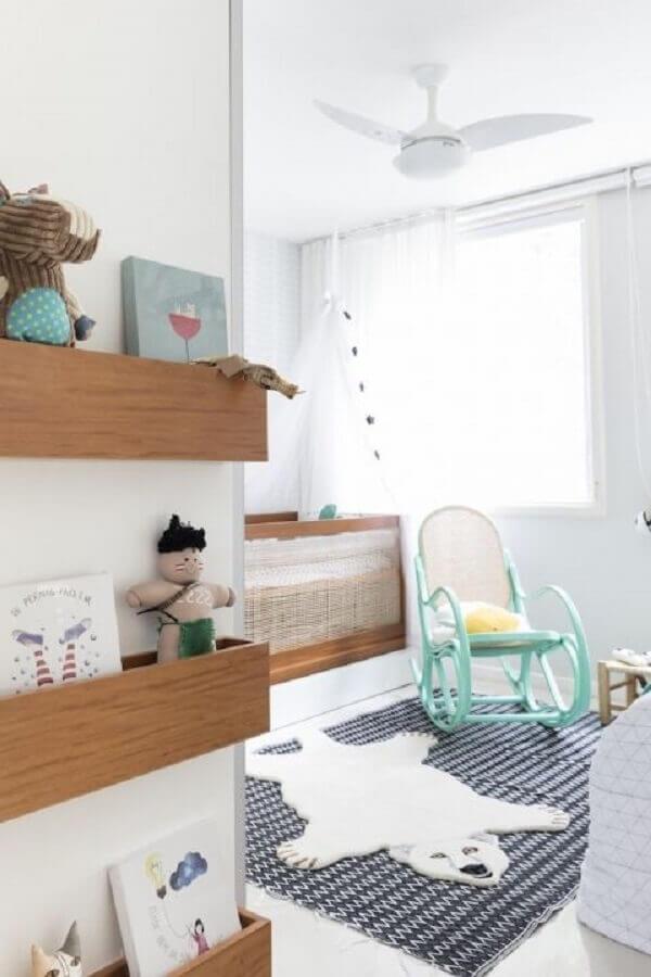 decoração para quarto de bebê com tapete azul e cadeira de balanço para bebê verde água Foto NaToca