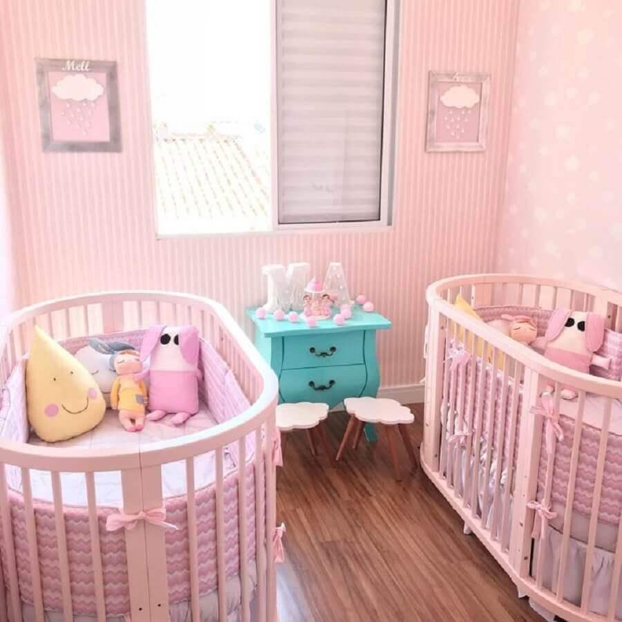 decoração para quarto de bebê gêmeos todo rosa com criado mudo azul tiffany Foto Jéssica Rossi