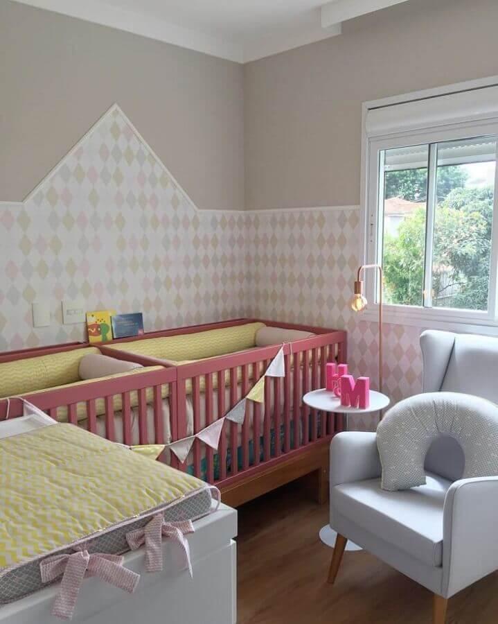 decoração para quarto de gêmeos com berço rosa e cômoda cinza Foto Tatiana Yokota Arquitetura