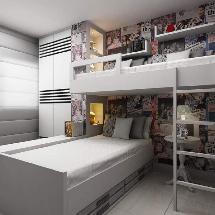 decoração para quarto de gêmeos com móveis planejados e vários recortes de revistas na parede Foto Flavia Guidarini Becker