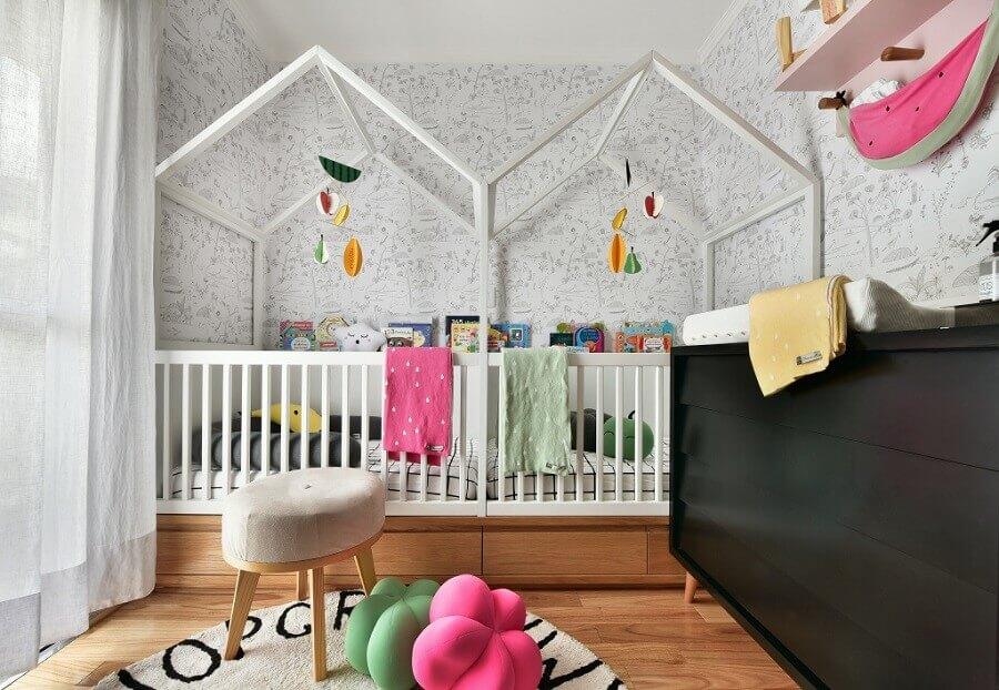 decoração para quarto de gêmeos planejado com cama montessoriana e cômoda preta Foto Pinterest