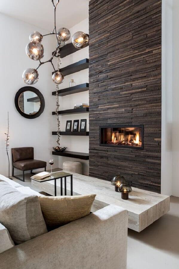 decoração para sala com lareira elétrica embutida em parede com revestimento de madeira Foto TLF Interieurs