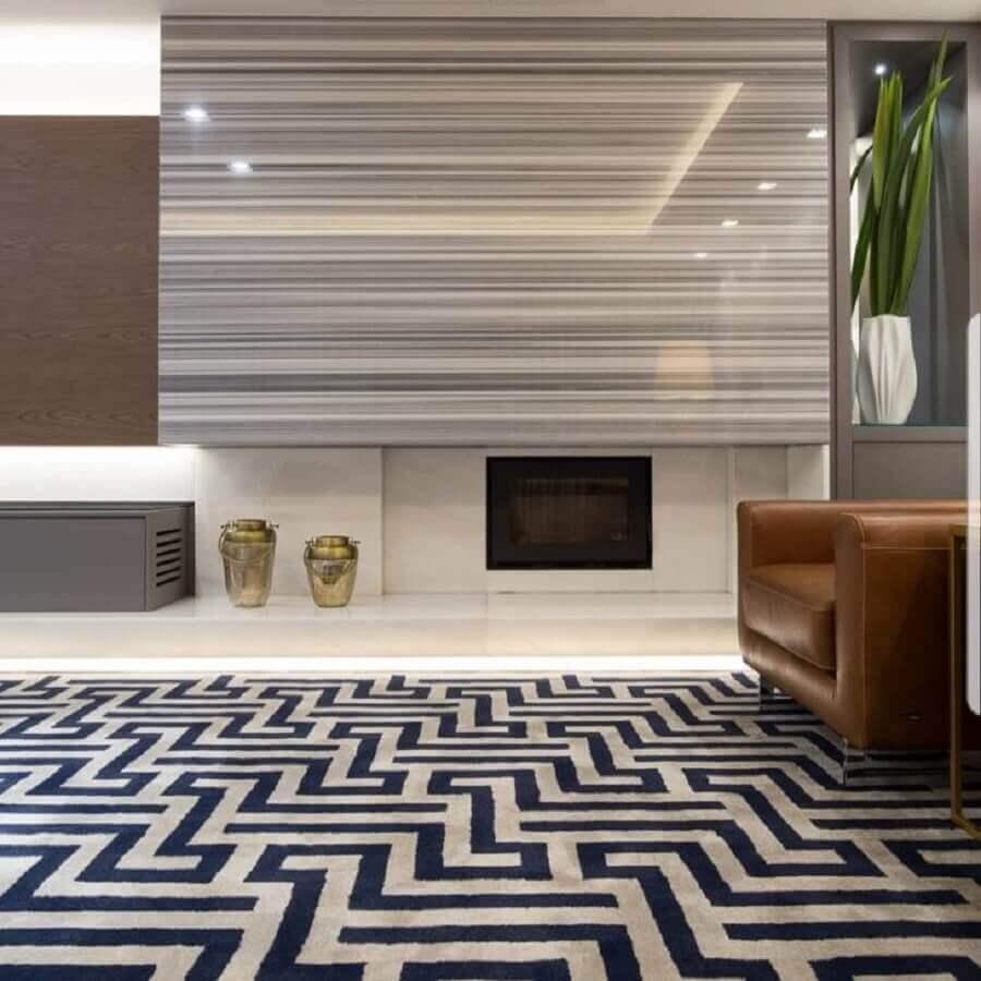 decoração para sala de estar ampla com tapete com desenho geométrico e lareira elétrica de embutir Foto Arquiteta Danielle Garros
