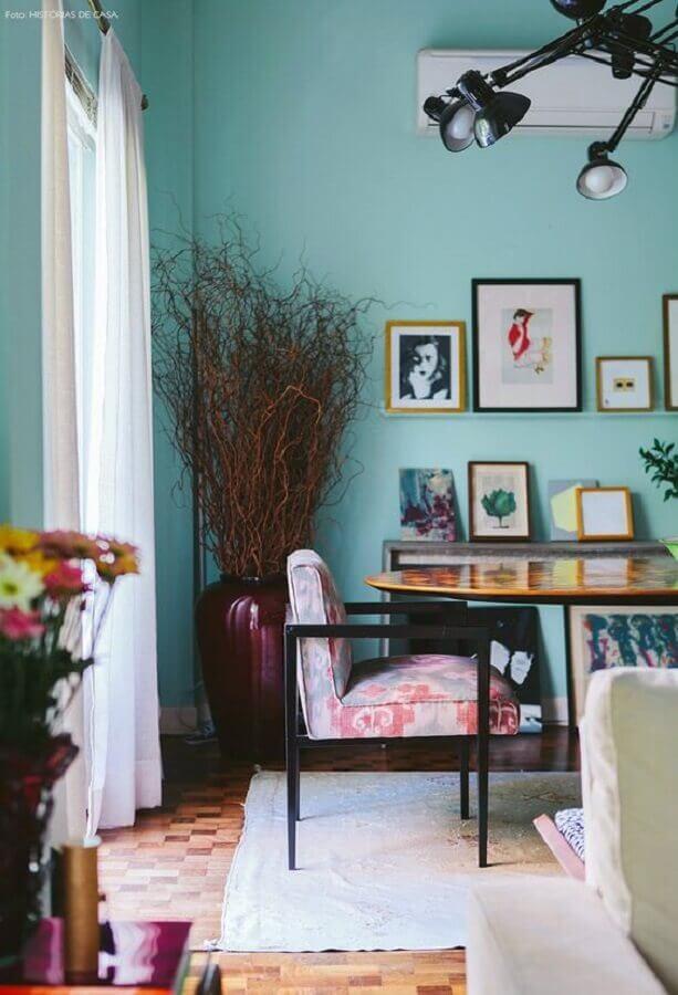 decoração para sala de jantar com parede verde água e vários quadros Foto Pinterest