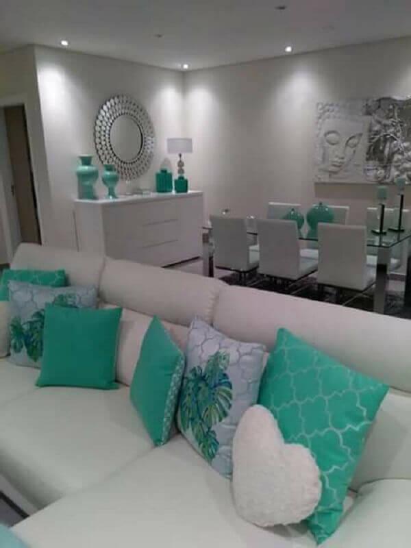 decoração para sala toda branca com almofadas na cor verde água Foto Pinterest