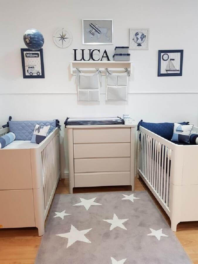decoração quarto de bebê azul gêmeos com tapete cinza de estrelinhas Foto Pinterest