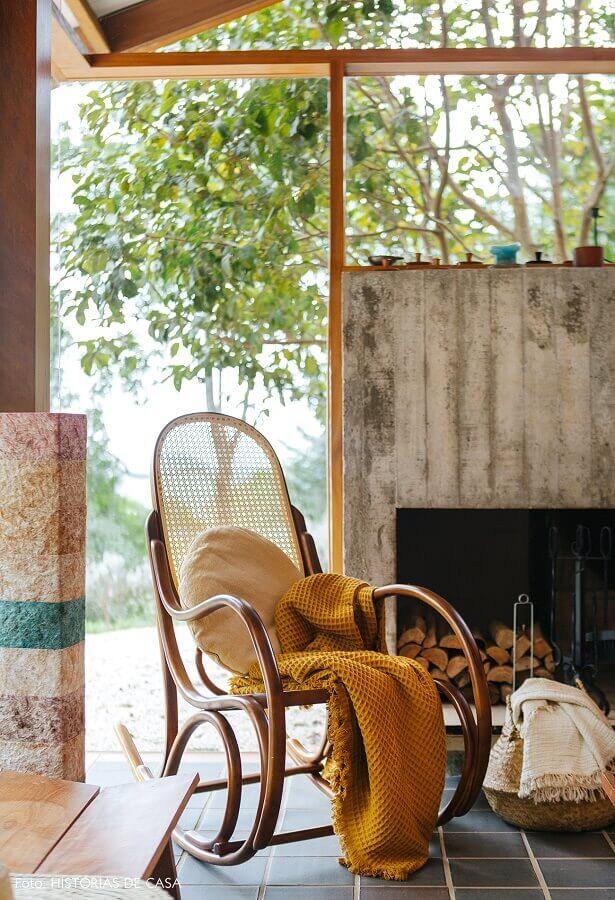 decoração rústica com cadeira de balanço de madeira Foto Histórias de Casa
