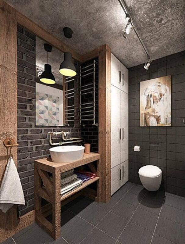 decoração rústica para banheiro masculino com detalhes em madeira e parede de tijolinho Foto Pinosy