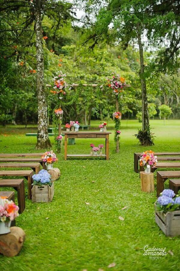 decoração rústica para casamento simples ao ar livre com caixote de feira para flores coloridas Foto Casamentos