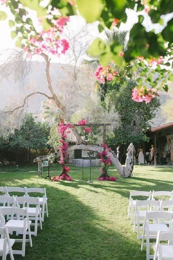 decoração rústica para casamento simples ao ar livre com flores rosa no altar Foto Home Decoo