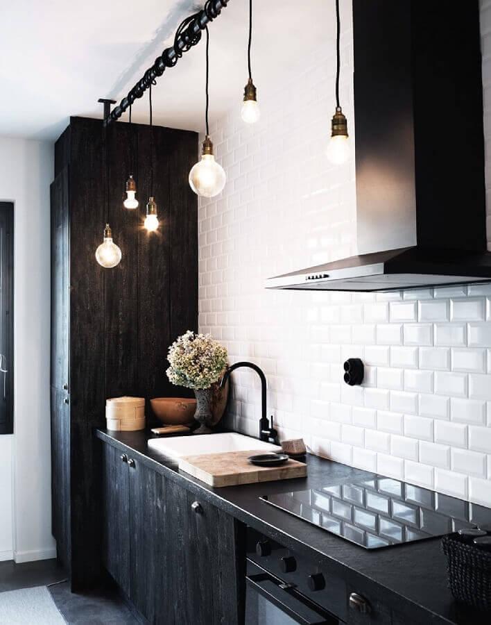 decoração rústica para cozinha preta e branca com luminária pendente minimalista e subway tile Foto Emily Henderson