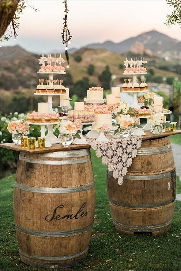 decoração rústica para mesa de festa de casamento ao ar livre com barril grande como suporte Foto Wedding Ideas