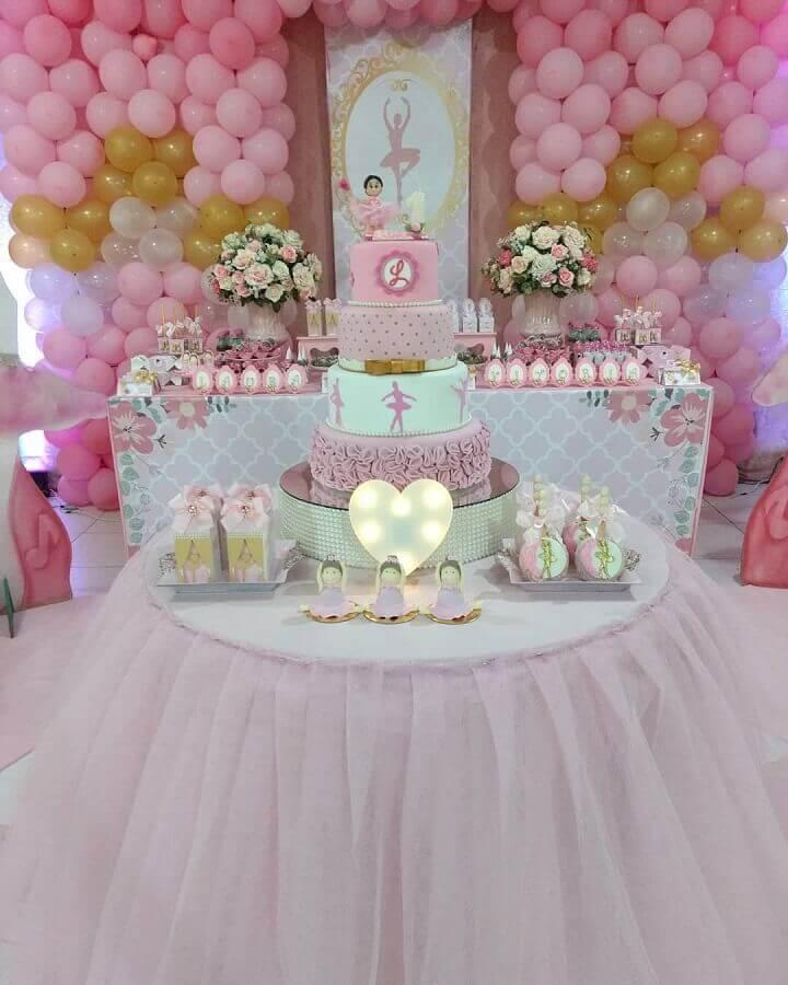decoração rosa e dourado para festa de bailarina com painel de balões e arranjo de rosas Foto Dream World Festas