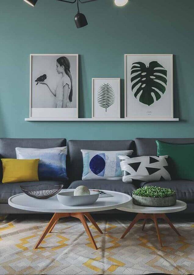 decoração sala de estar com sofá cinza e parede com tinta verde água Foto HouseHub