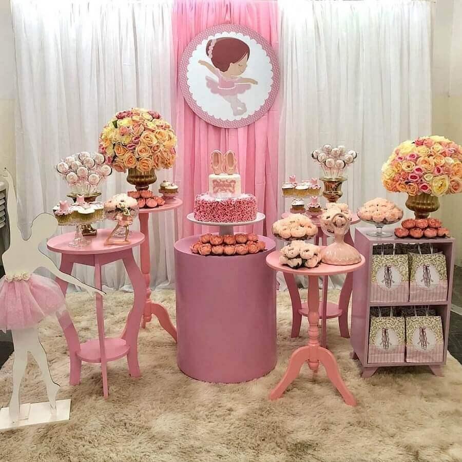 decoração simples com arranjo de rosas para festa bailarina Foto Blog da Giovanna