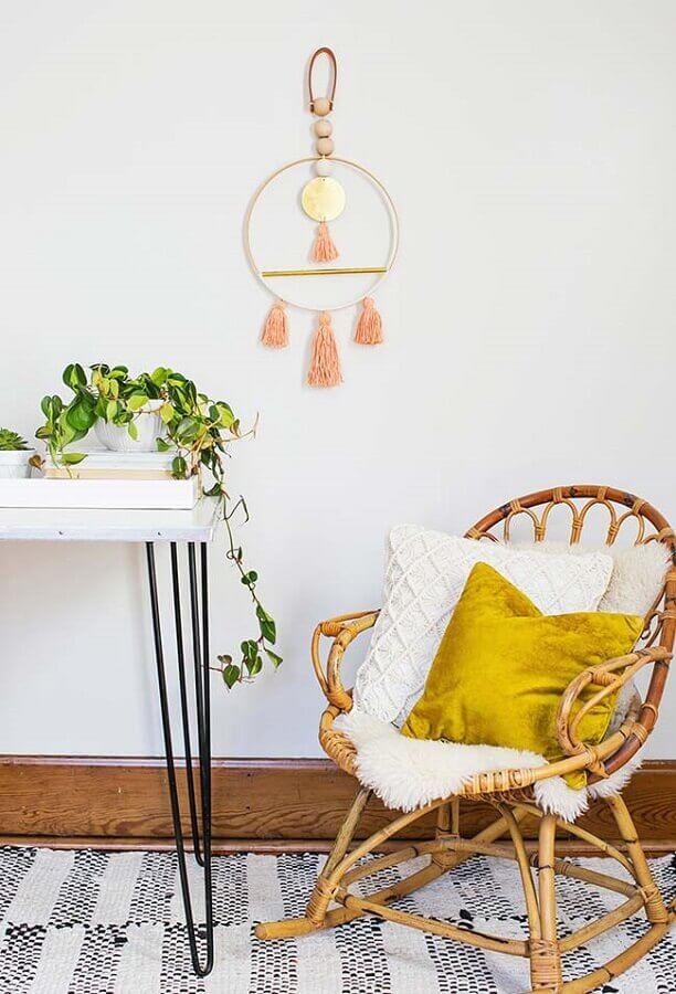 decoração simples com cadeira de balanço de vime Foto Pinterest