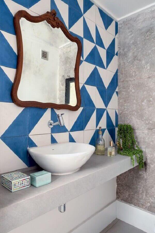 decoração simples com espelho para lavabo com moldura e azulejo azul e branco Foto Casa e Festa