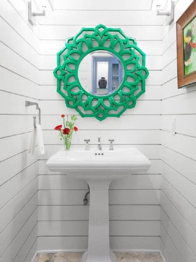 decoração simples com espelho para lavabo com moldura verde Foto Kevin & Tina Girard