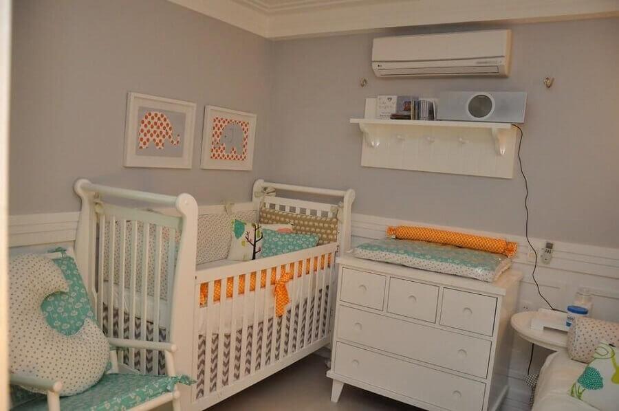 decoração simples com prateleira com ganchos para quarto de bebê Foto Karla Marques