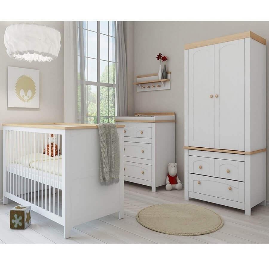 decoração simples com prateleira com ganchos para quarto de bebê Foto Noaki Jewelry
